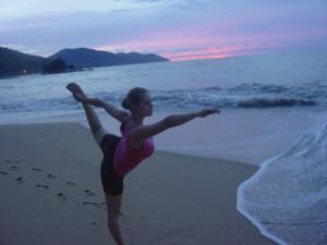 Zuzka_ Musilova_ cvici_jogu_ na_ Batu_ Ferringi_ beach.