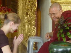 Zuzka Musilová s budhistickým mnichem