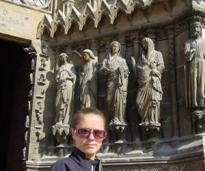 zuzka_musilova_pred__u_vstupu_do_katedraly_notre_dame_v_remes1i