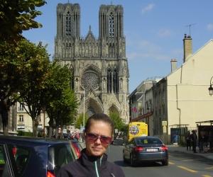 zuzka_musilova_pred_katedralou_notre_dame_v_remesi