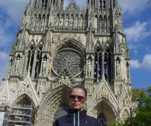 zuzka_musilova_pred_katedralou_notre_dame_v_remesi1