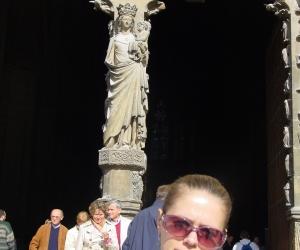 zuzka_musilova_pred_vstupem_do_katedraly_notre_dame_v_remesi