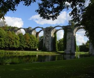 Stary viadukt v zameckem parku Maintenon